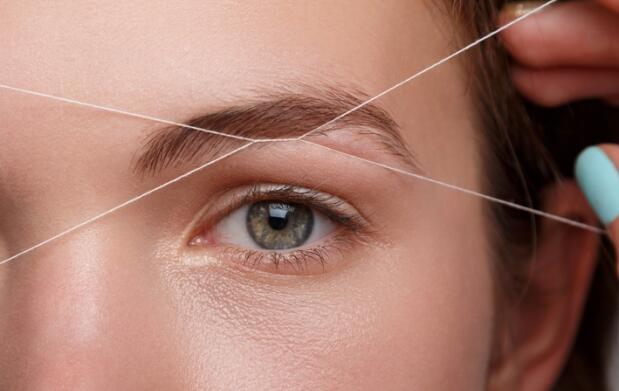 Depilación con hilo labio superior y cejas