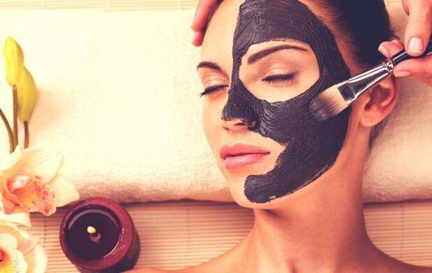 Limpieza facial con espátula  ultrasónica y mascarilla detox negra.