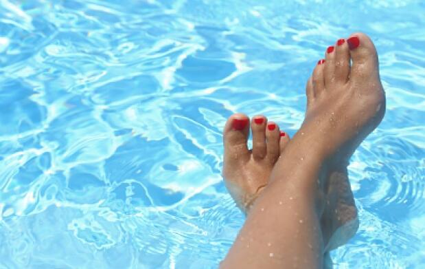 Pedicura exprés con pulido de pies, esmaltado de uñas e hidratación con karité