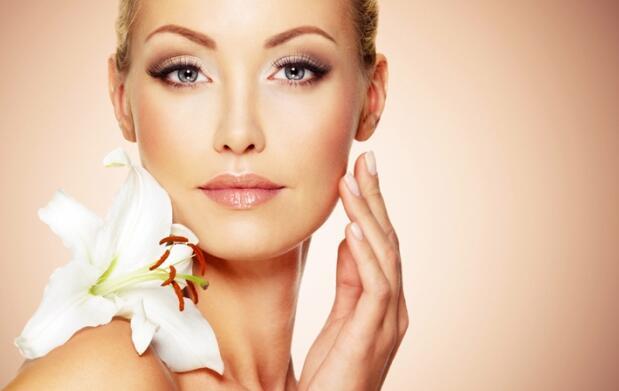 Tratamiento facial personalizado + diseño de cejas