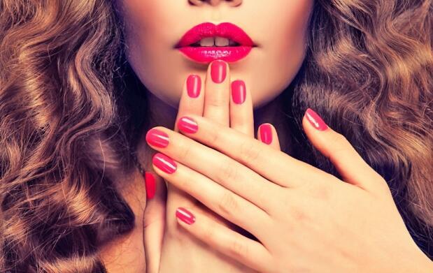 Uñas y manos perfectas: manicura con esmaltado permanente. Opción a parafina