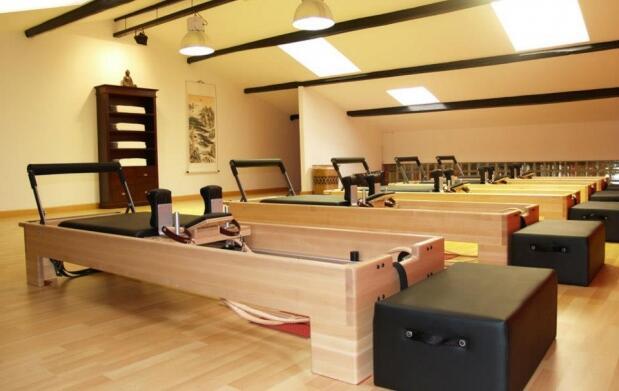 Clase privada de pilates con máquinas