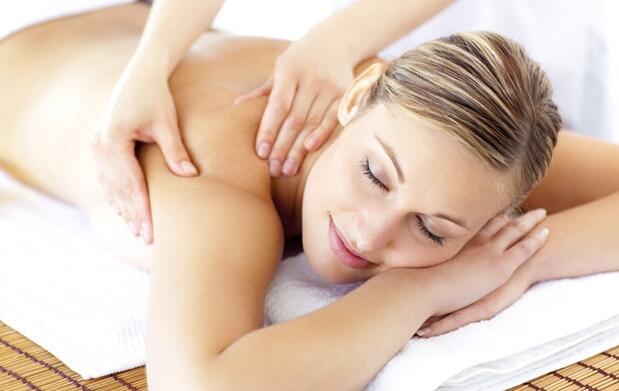 Masaje relajante con aceite de aloe vera