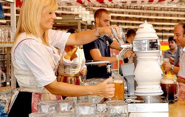 Jarra 1l + salchicha en la Oktoberfest